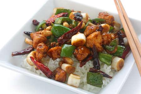 plat chinois: Poulet Kung Pao sur le riz, la nourriture chinoise