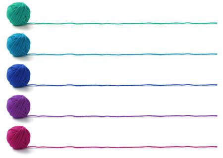 gomitoli di lana: cinque colori di palle filati, design di banner maglieria su sfondo bianco Archivio Fotografico