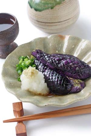 japanese sake: berenjenas precocinados a fuego lento y sake, comida japonesa Foto de archivo