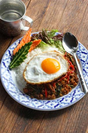 santa cena: agitar el pollo frito con Basilio Santa, gai pad bai gaprow, cocina tailandesa