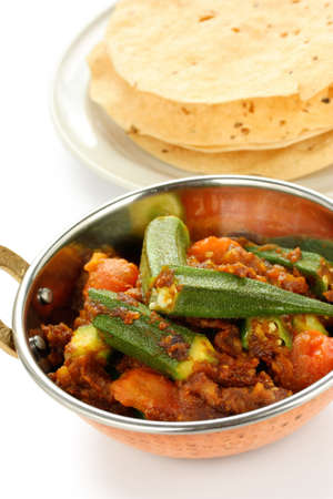masala: bhindi masala, curry de la okra, con papad Foto de archivo