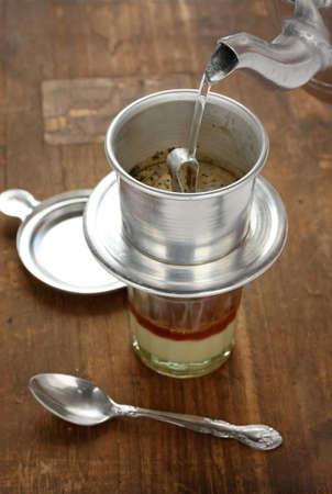 木製のテーブルでベトナム風醸造コーヒー