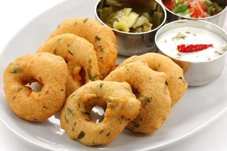 vada es donut, hecho con harina de urad dal, bocadillos indio