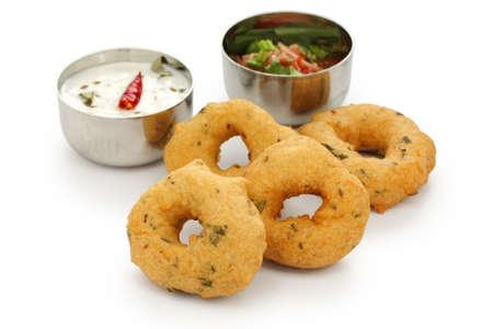 chutney: vada es rosquilla, hecho con harina de urad dal, bocadillos indio