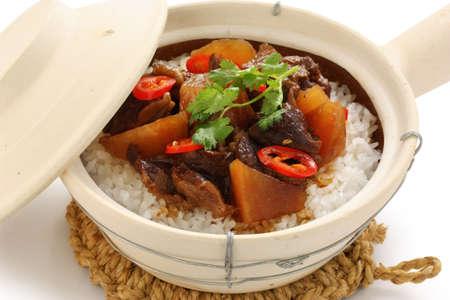 olla barro: olla de barro carne arroz, la cocina china Foto de archivo
