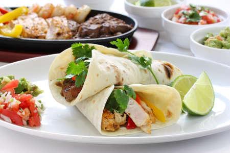carne de pollo y fajitas de camarones, la cocina mexicana Foto de archivo