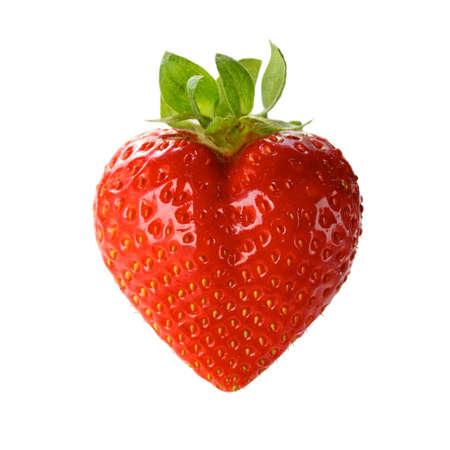 fresa: una fresa en forma de coraz�n aislado en un fondo blanco