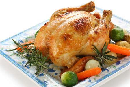 pollos asados: pollo al horno con verduras Foto de archivo