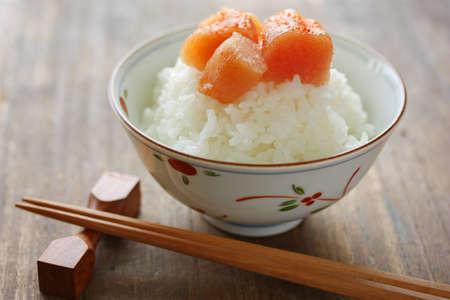 comida japonesa: huevas de bacalao condimentado en el arroz, la comida japonesa
