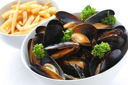 蒸しムール貝の白ワインとフレンチ フライ 写真素材
