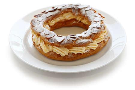 pasteleria francesa: paris brest, pasta choux con crema de praliné, francés postre bistro