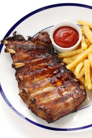 costela: churrasco entrecosto de porco e batatas fritas Banco de Imagens