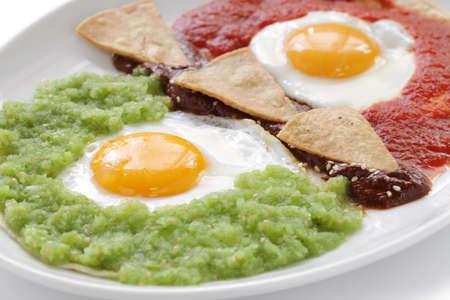 ウェボス divorciados、2 つのサルサ、トウモロコシのトルティーヤ揚げ卵メキシコ朝食