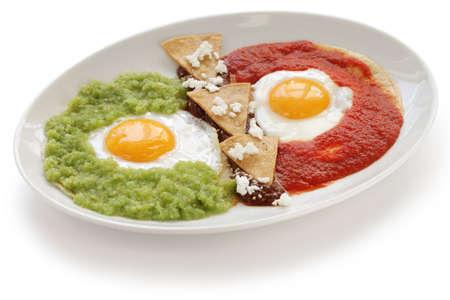 comida gourment: Huevos divorciados, huevos fritos sobre tortilla de ma�z con dos salsas, desayuno mexicano