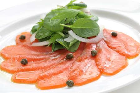 salmon ahumado: Ensalada de salm�n ahumado Foto de archivo