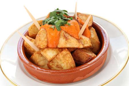 tapas españolas: patatas bravas, patatas fritas con una salsa de tomate picante, cocina de tapas españolas Foto de archivo