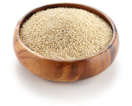 quinua: quinoa cocida en el plato de madera