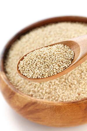 quinua: quinoa cocida en el plato y la cuchara de madera