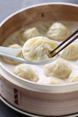 小籠包、小龍包餃子、中華料理をスープします。