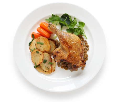 lentejas: pato confitado, francés bistro plato