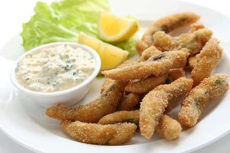 pescado frito: Filetes de pescados fritos caseros con salsa tártara