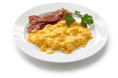scrambled eggs: huevos revueltos con tocino crujiente