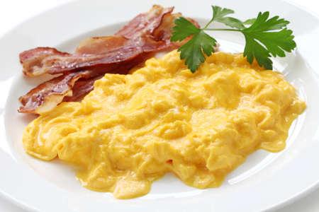 huevos revueltos: huevos revueltos con tocino crujiente