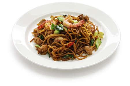 Mie goreng, mi goreng, Indonesische gerechten, gebakken noedels met kip, garnalen en paksoi Stockfoto - 20941999