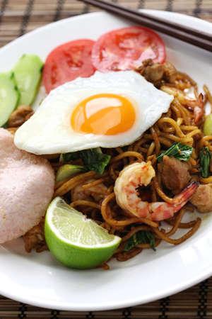 mie goreng, mi goreng, Indonesische gerechten, gebakken noedels met kip, garnalen en paksoi