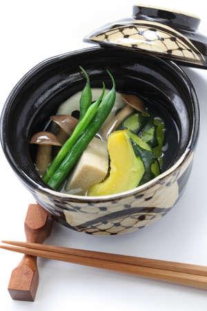 freeze dried: Nimono es un plato cocido a fuego lento en la cocina japonesa a fuego lento squash, liofilizado tofu, jud�as verdes, ra�ces rotus, y marr�n de haya setas