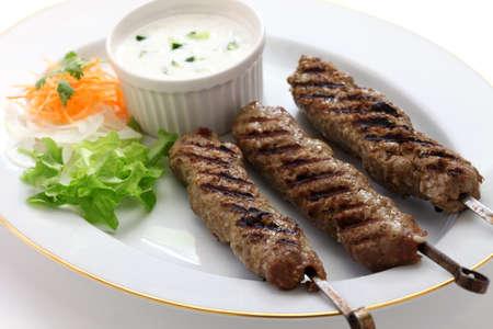 comida arabe: suelo kebab de cordero en el fondo blanco