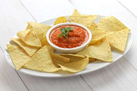 tortilla de maiz: chips de tortilla con salsa roja salsa para el Super Bowl Foto de archivo