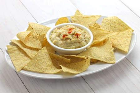 tortilla de maiz: chips de tortilla con salsa hummus de Super Bowl