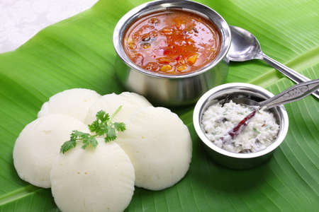 plato de comida: idli, sambar y chutney de coco, al sur desayuno indio en hoja de pl�tano Foto de archivo