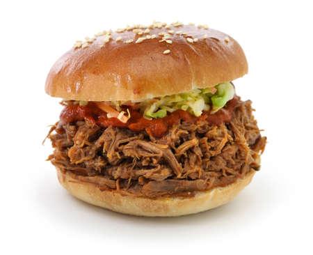 buns: sacó sandwich de cerdo aislado en fondo blanco