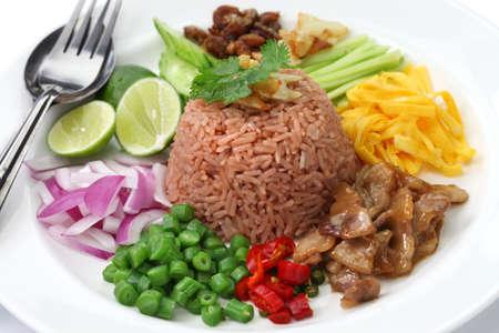 arroz frito tailandés con goma del camarón fermentado, khao kluk Kapi