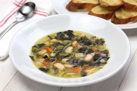 berza: Zuppa di cavolo nero, sopa de col rizada negro, comida italiana