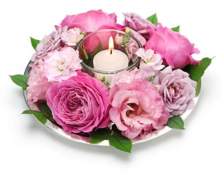 arreglo floral: arreglo floral de mesa con velas aislado en el fondo blanco