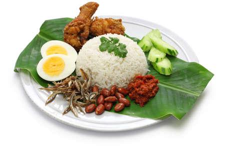 arroz: Nasi Lemak, arroz con leche de coco, cocina malaya aislado en fondo blanco