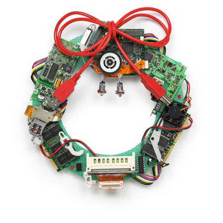 geeky christmas wreath made by old computer parts isolated on white background Foto de archivo