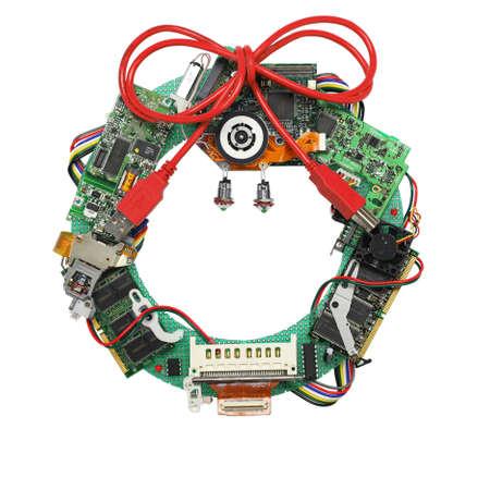fiestas electronicas: corona de navidad geek hecho por piezas de la computadora de edad aisladas sobre fondo blanco, sin sombra