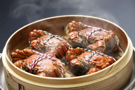 steaming shanghai hairy crabs in bamboo steamer, chinese cuisine Foto de archivo