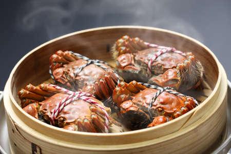cangrejo: humeante Shangai cangrejos peludos en vapor de bambú, cocina china