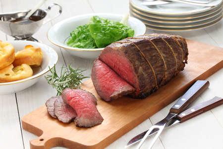 sonne: Roastbeef mit Yorkshire Pudding, Sonntag Braten Lizenzfreie Bilder