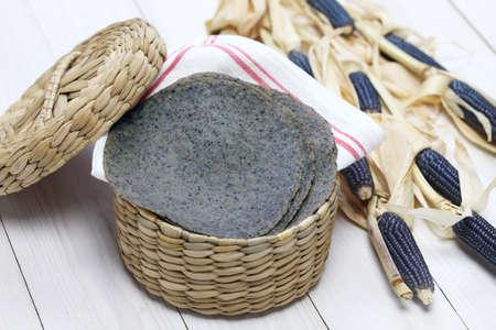 tortilla de maiz: casera tortilla de maíz azul, comida tradicional mexicana Foto de archivo