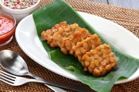 platanos fritos: tempeh frito, comida indonesia, comida vegetariana, productos de soja, tempeh goreng