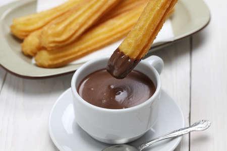 churros con chocolate: churros y chocolate caliente, desayuno español