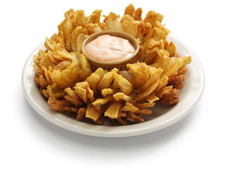 白い背景と、アメリカの食べ物に分離された自家製の咲くタマネギ 写真素材