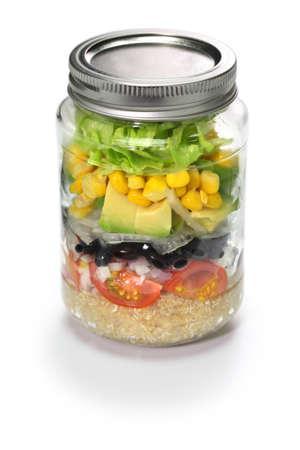 ensalada de verduras: ensalada de verduras en frasco de vidrio aisladas sobre fondo blanco
