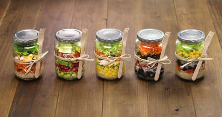 ensaladas de frutas: ensalada homemade en frasco de vidrio